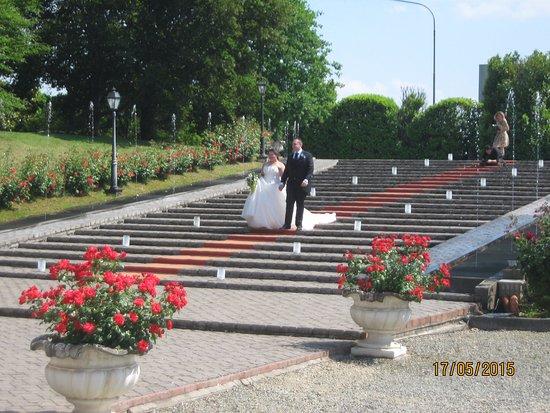Piamonte, Italia: Jessica ed Alessandro mentre scendono dalla scalinata esterna al ristorante