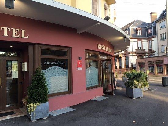 Hotellet og restaurantinngangen bild von champ 39 alsace - Direct cuisine haguenau ...