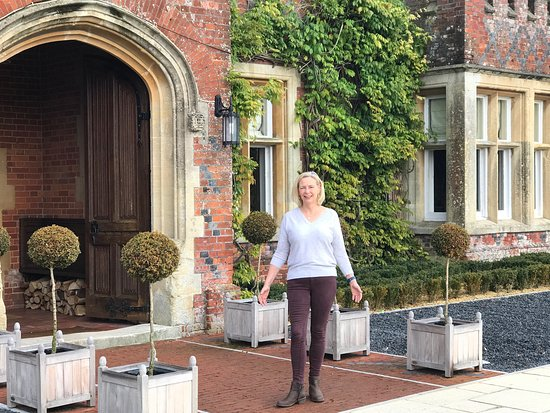 Burley, UK: Me outside the beautiful entrance to the hotel.