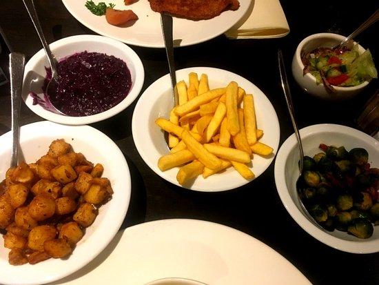 De goudreinet: bijgerechten : rode kool, spruitjes, patat , gebakken aardappeltjes en wat salade