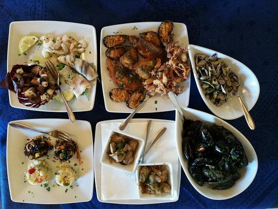 Santa Tecla, Italia: Antipasti a base di pesce, marinato e cotto.