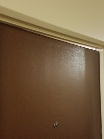 Schiller Park, IL: door closed but leaves a gap, wasnt my room