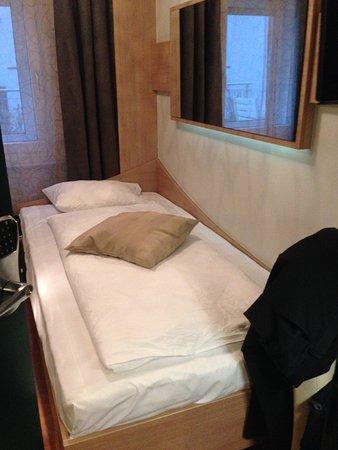 Bett klein aber Matratze war gut Bild von Hotel Station Zug
