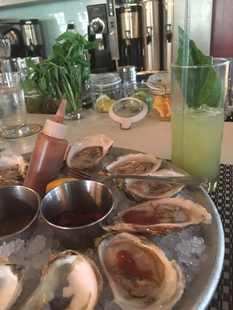Sullivan's Island, SC: Great drink prepared by the bartender and fabulous oysters.