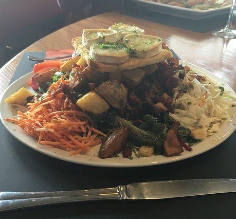 Neufchateau, Βέλγιο: Une salade chèvre tout simplement gargantuesque!!!! Chapeau à celui qui arrivera au bout!