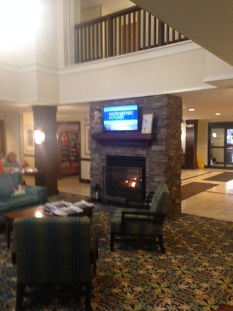 West Seneca, NY: Breakfast area with fireplace and tv