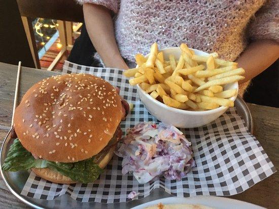 Royston, UK: Boring Burger - soggy fries