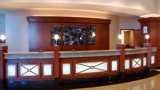 Drury Plaza Hotel Nashville Franklin: Drury Plaza front desk
