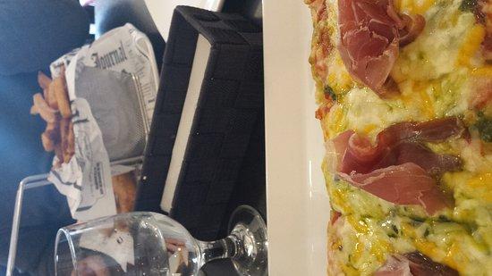 Val David, Canadá: Pizza et fish n chips, menu midi avec soupe ou salade