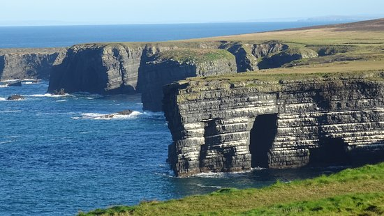 Kilkee, Ireland: Rock arch next to, Felstor beim: Loop Head Lighthouse