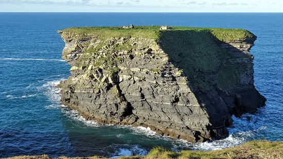 Ruin on rock island, Ruinen auf Felsinsel, südl.von Kilkee
