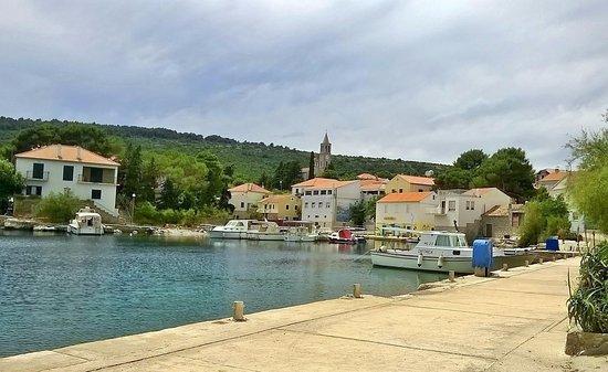le petit village de Bozava (et son port)