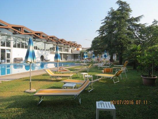 Hotel Terme Excelsior: La seconda Piscina esterna con acqua calda a 34/35° e molto verde intorno.