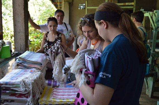 Leon, Nicarágua: Visitors Buying Beautiful Weavings