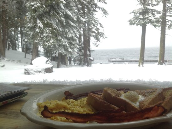 Crescent Lake, Oregón: View from lodge dining room- serving breakfast, lunch, dinner, expresso drinks, spirits and more