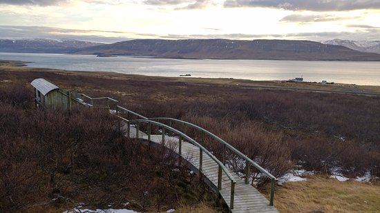 Akranes, Islandia: walkway to hot tubs and view of fjord