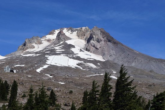 Timberline Lodge, OR : Mount hood and the ski lift we rode on.