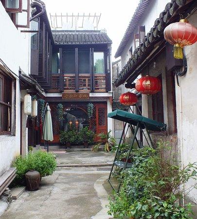 Kunshan, الصين: Lane way away from the canal
