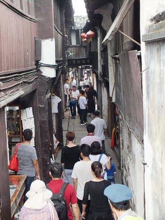 Kunshan, الصين: Lane way with crowds