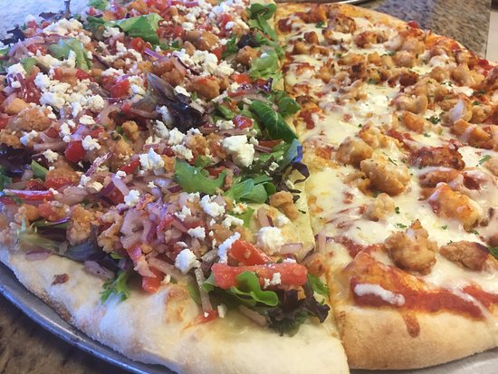 Indian Harbour Beach, Floryda: 1/2 Salad pizza with crispy chicken, and 1/2 chicken parm pizza