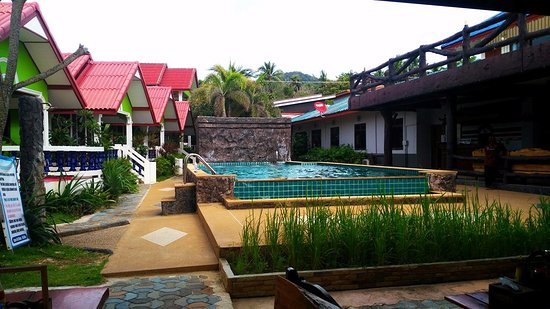 Lanta Nature Beach Resort: Piscina del resort