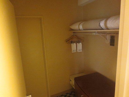 One Washington Circle Hotel: connection entre chambre /salle de bain : Coffre, ranement,planche et fer à repasser.