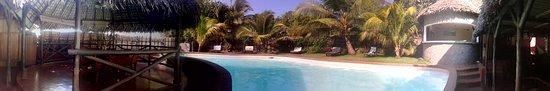 Ambatoloaka, Madagascar: vue depuis la salle à manger, sur la piscine, et la cuisine à droite