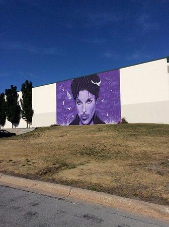 Chanhassen, Minnesota: Graham H. of NewZealand created mural on Chanhassen Theater
