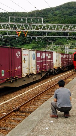 Joetsu, Giappone: 途中駅で貨物列車の高速通過を体感