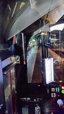 Joetsu, Giappone: トンネル駅で駅長の出迎え