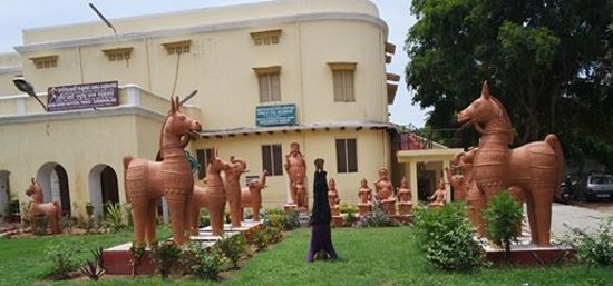 Indira Gandhi Rashtriya Manav Sangrahalaya: lawns with artefacts