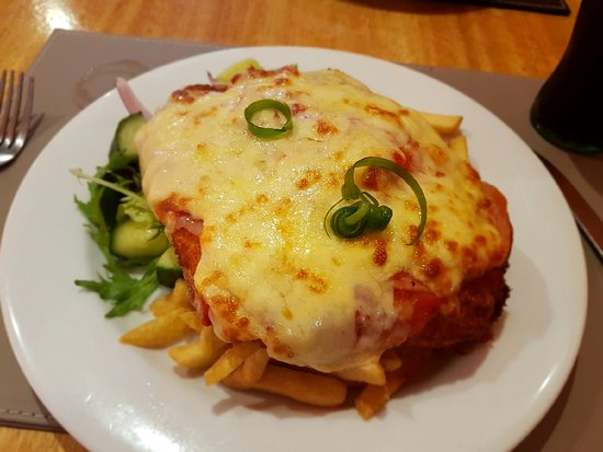 Bomaderry, Avustralya: Bangers and bacon, interior photos and chicken parma.
