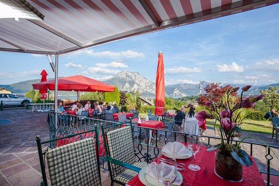 Altmunster, Østerrike: Der Gastgarten mit Blick auf den Traunsee