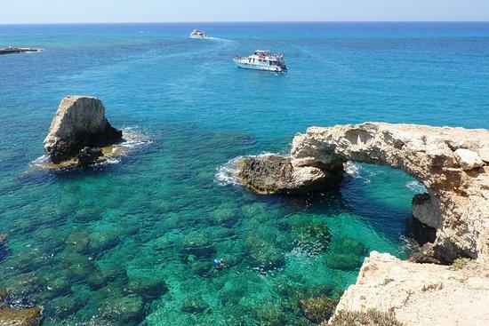 Melissi Beach Hotel & Spa : arco di roccia a 500 m.