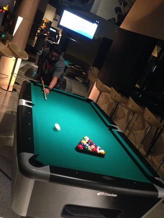 Crowne Plaza Changi Airport: Nice Sports Bar With Pool Table