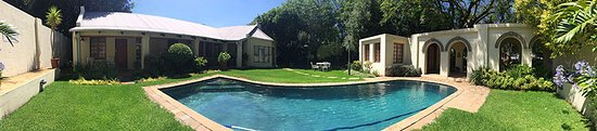 Randburg, South Africa: Secluded heated pool area, for you to relax and enjoy the sun