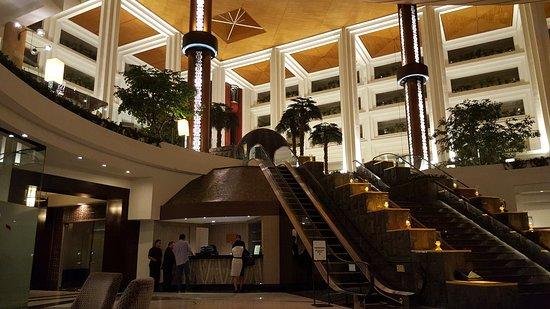 Gran Melia Jakarta: Vista de la entrada principal. La recepción está en la planta superior.