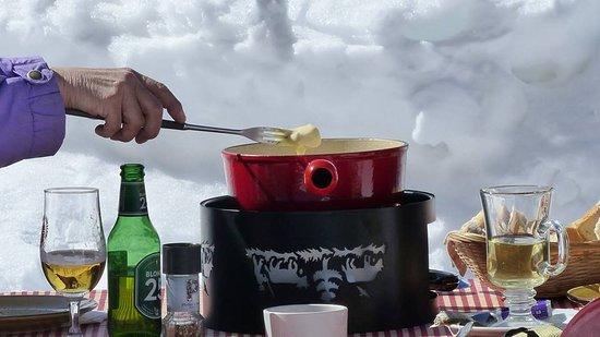 La Fouly, Svizzera: Typique fondue Valaisanne sur notre terrasse ensoleillé