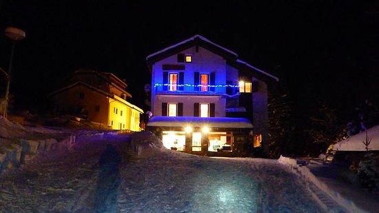 La Fouly, Svizzera: on peut nous joindre en raquettes aussi le soir pour un dîner gourmande