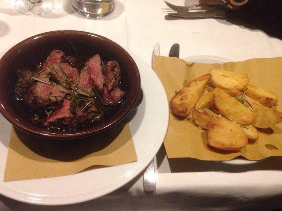 Dozza, Italia: Tagliata alle erbe aromatiche e patate alla vecchia maniera