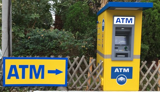 Glyfada, Grecia: ATM AT THE ENTRANCE OF OUR HOTEL