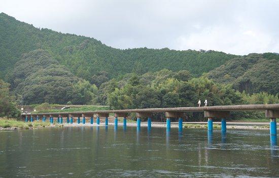 Shimanto, Japan: 在河流旁邊