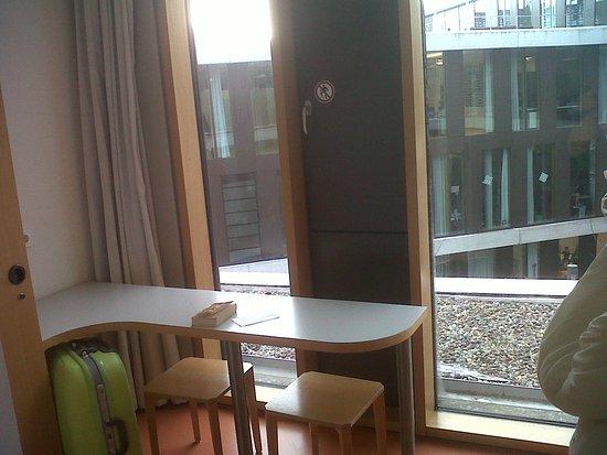 Jugendherberge Stuttgart Neckarpark : Mesa en la habitación, muy buena iluminación y aislamiento termico