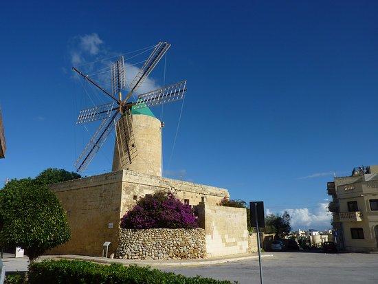 Xaghra, Malta: wiatrak stoi nieopodal kompleksu Ġgantija