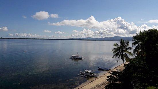 Cabilao Island, Filipiny: Strand vom Zimmer aus