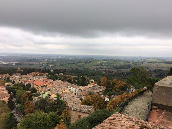Bertinoro, Italy: Панорамный вид на Бертиноро с балкона Романьи