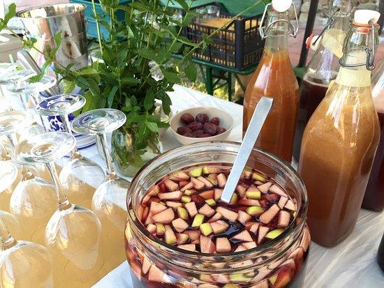 Luco Mugello, Italia: Da giugno a settembre nel nostro giardino c'è l'aperitivo naturale con la fantastica sangria tos