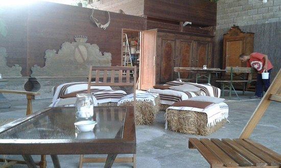 Luco Mugello, Italy: Il nostro giardino in estate: allestimento country per l'aperitivo!