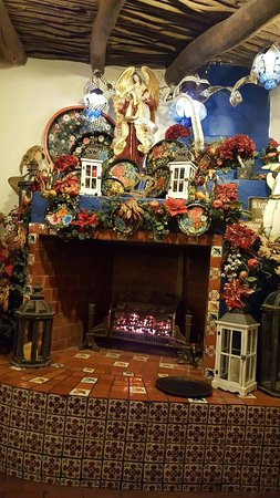 Mesilla, Nouveau-Mexique : Decorations of the restaurant we sat right in front of this fireplace