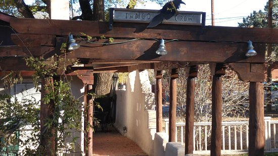 Corrales, Nuevo Mexico: Pergola entry from parking lot welcomes you in